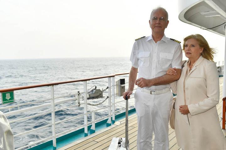 June (Sabine Postel) will sich mit ihrem Sohn Sam aussprechen. Dafür kommt sie extra an Bord und wird dort von Oskar (Harald Schmidt) in Empfang genommen.