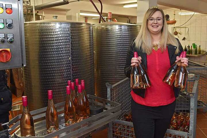 Stolz hält Weinkönigin Maria Lehmann (28) die ersten Flaschen ihres Hoheitenweines in den Händen.