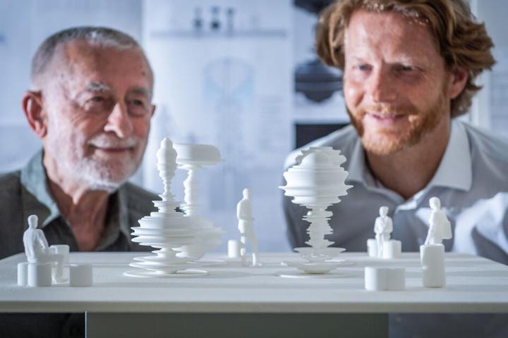 Die Juroren Carl Clauss Dietel (85, l.) und Michael Stötzer (46) mit dem Entwurf des neuen Marktbrunnens.
