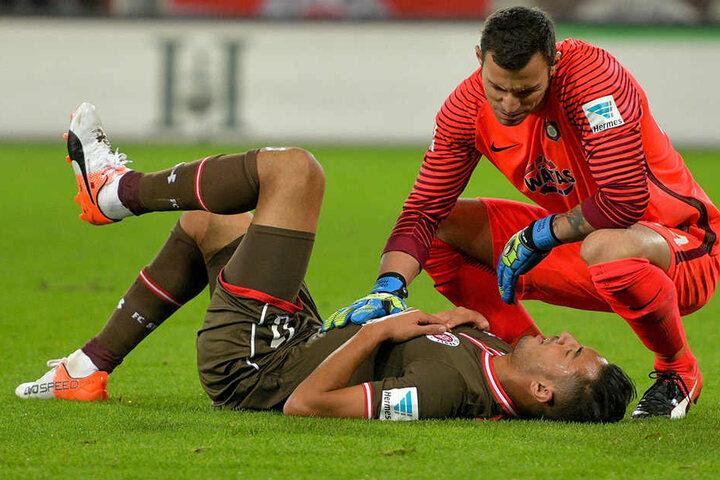 Fairer Sportsmann: Daniel Haas tröstete St. Paulis Aziz Bouhaddouz (r.).