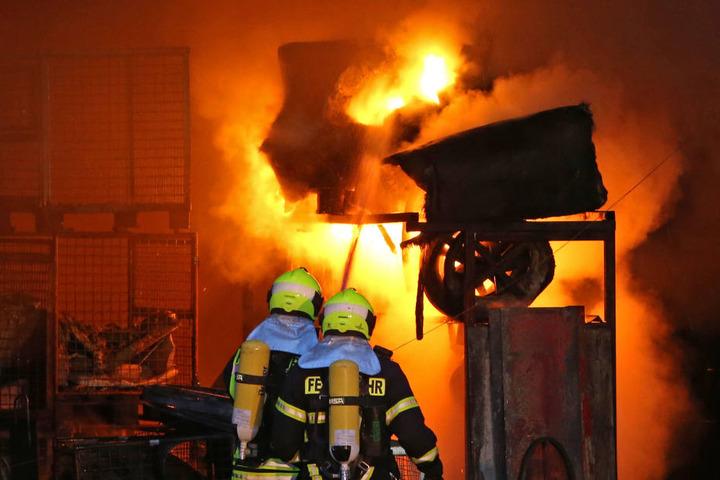Wegen der starken Hitze verzögerte sich der Löscheinsatz. Erst als die Halle weitgehend ausgebrannt war, konnten die Helfer beginnen.