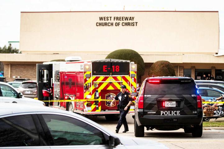 """Polizei und Feuerwehr stehen vor der Kirche """"Freeway Church of Christ""""."""