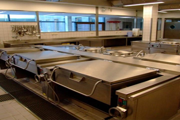 In der JVA-Küche der JVA Dresden arbeiten bis zu 27 Häftlinge, verpflegen  Gefangene und Bedienstete.