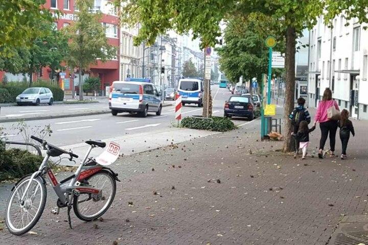 Eine Familie verlässt das Sperrgebiet im Frankfurter Westend.