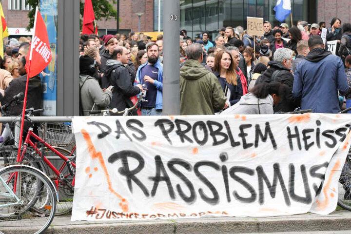 Die Protestler wurden auf den Plakaten deutlich.