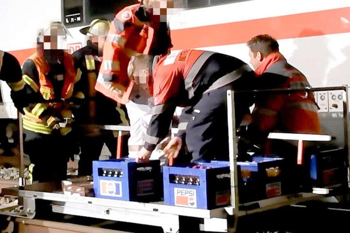 Rettungssanitäter versorgten die festsitzenden Menschen während der Wartezeit mit Getränken.