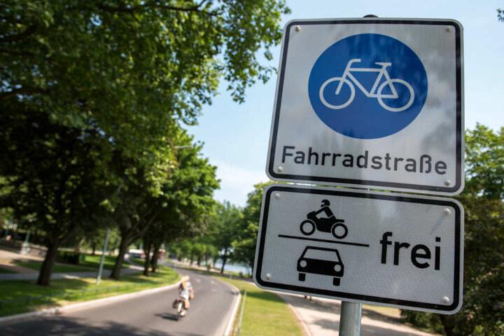 An der Hamburger Alster wurde eine Fahrradstraße installiert.
