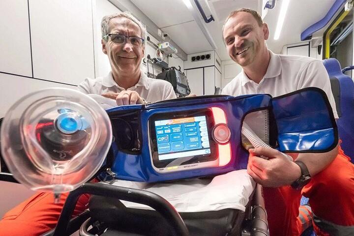 Die Notfallsanitäter Marko Grieger (50, links) und René Zahn (40) präsentieren die neuen Beatmungsgeräte.