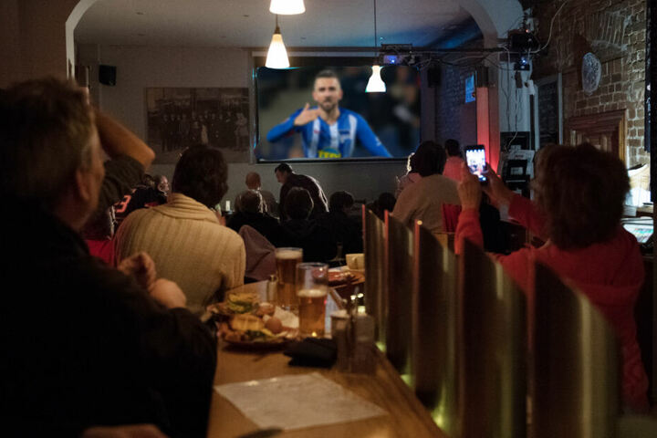 Bayern-Ärger 2.0? In zahlreichen Berliner Kneipen wird das Auswärtsspiel der Hertha gezeigt. (Bildmontage)
