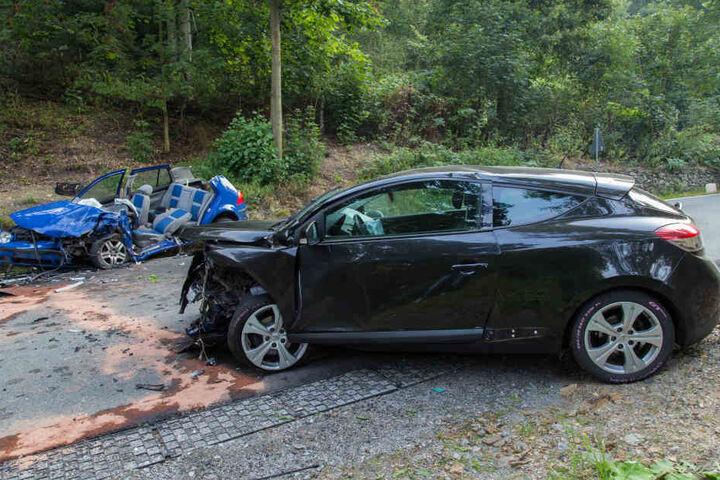 Mit diesem gestohlenen Renault krachten die mutmaßlichen Unfallflüchtigen (35,25) in den VW des Feuerwehrmanns. Sie ergriffen sofort die Flucht.