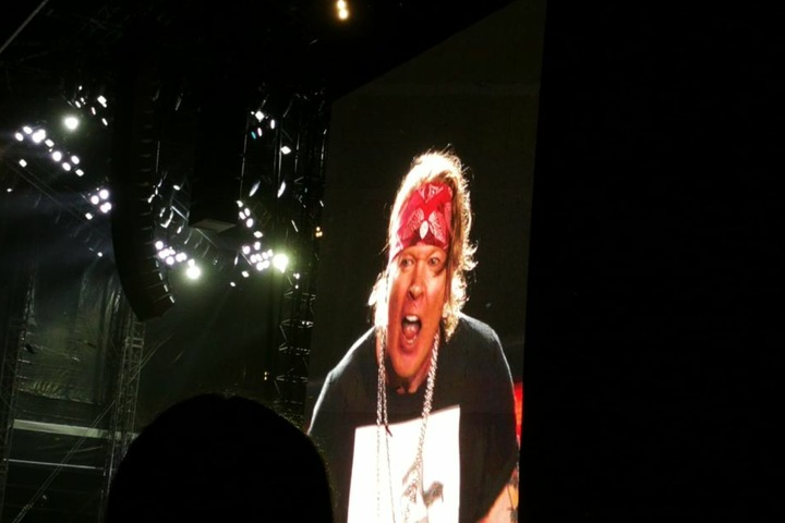 Seltener Anblick am Samstag: Axl Rose ohne Hut, aber immerhin mit rotem Stirnband.