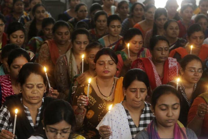 Indische Schulmitarbeiter beten für die Opfer der Anschlagsserie in Sri Lanka.