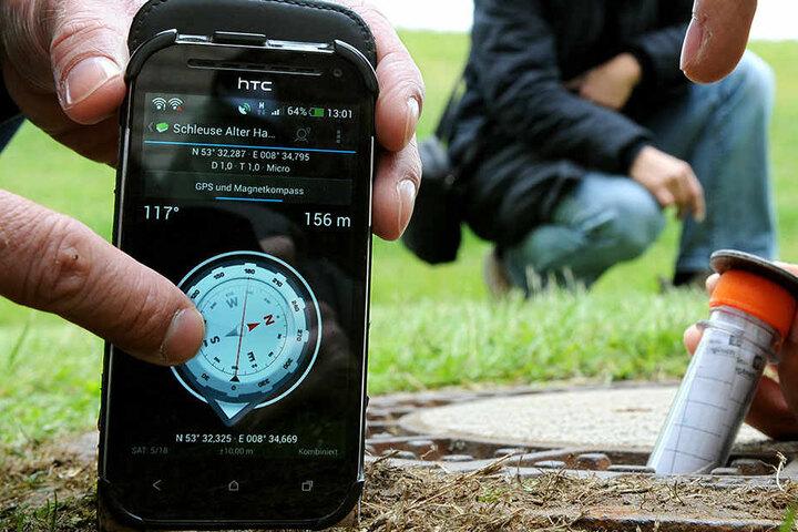 Per Smartphone mit GPS-Empfänger suchen Geocaching-Enthusiasten den Fundort.
