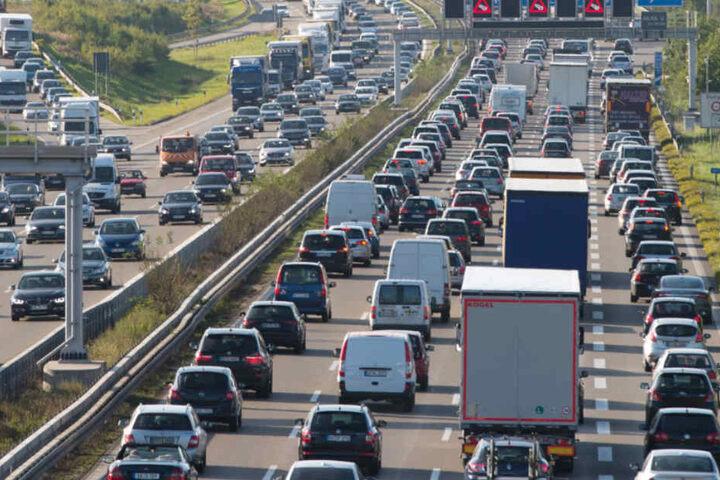 Vor allem am Freitagnachmittag könnten die Autobahnen an die Kapazitätengrenze kommen. (Symbolbild)