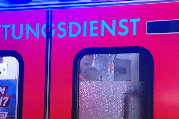 Der verwundete Mann wird in einem Rettungswagen versorgt.