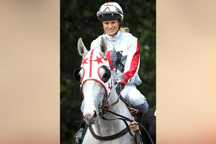 """Erfolgreich auch hoch zu Ross: Jockey Claudia Fleißner auf ihrer weißen Stute  """"Schneekönigin""""."""