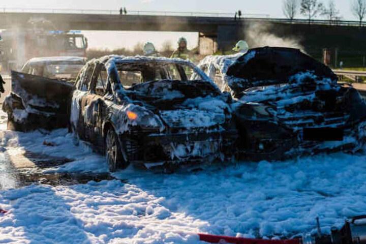 Die ausgebrannten Autos. Während der Brandbekämpfung wurde plötzlich das Löschmittel knapp.