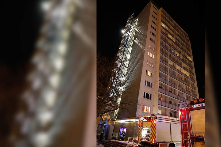 In dem Hochhaus hat es einen Brand im ersten Stock gegeben.
