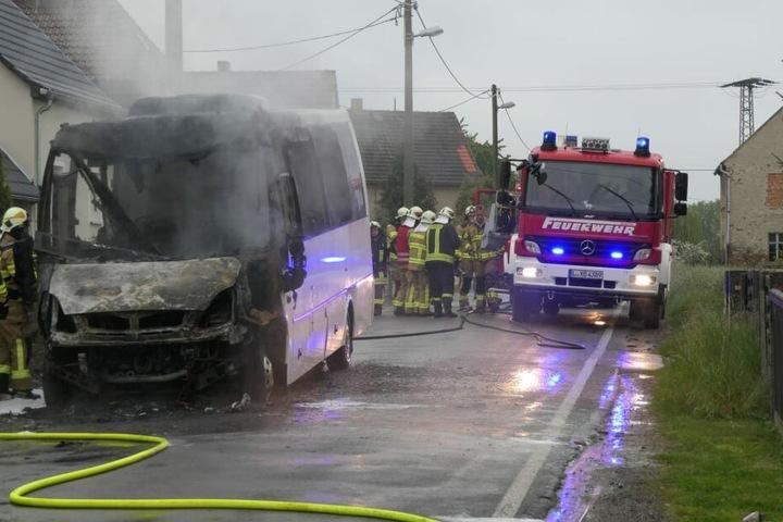 Die Feuerwehr konnte den Bus nicht mehr retten, er brannte größtenteils aus.