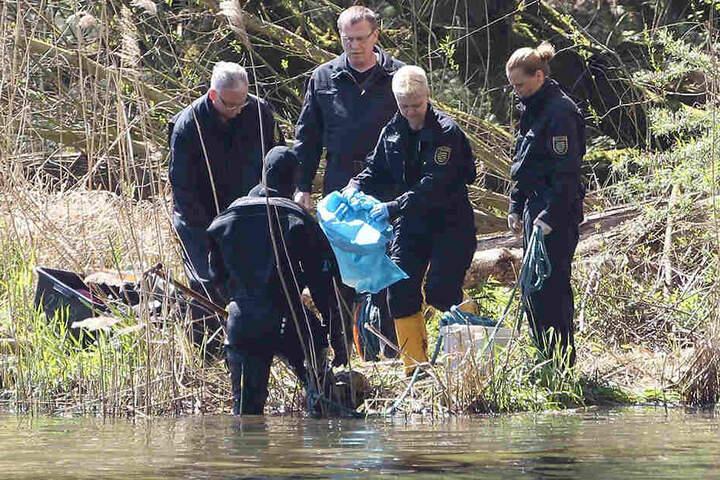 Polizeitaucher holen im April 2016 Leichenteile aus dem Elsterflutbecken. Es sind die sterblichen Überreste der portugiesischen Einwanderin Maria D.