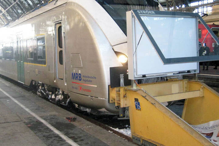 Der Zug versuchte, eine Gefahrenbremsung einzulegen, knallte dann aber dennoch auf den Prellbock.