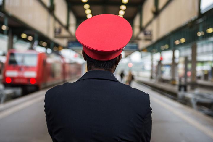 Das Zugpersonal hatte mit dem Mann alle Hände voll zu tun. (Symbolbild)