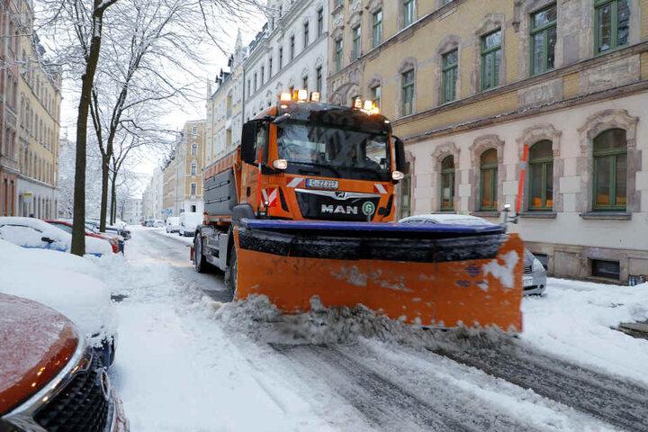 Der Winterdienst ist auch in den Nebenstrassen im Einsatz.
