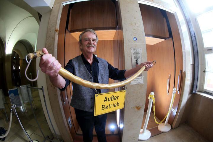 Stadtrat Dieter Füsslein (76, FDP) setzt sich für den Erhalt des historsichen Aufzugs ein.