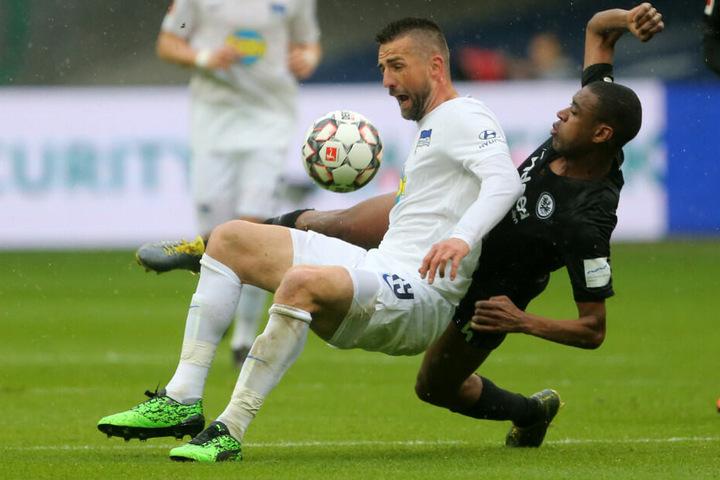 Ibisevic mit Frankfurts Fernandes im Zweikampf um den Ball.