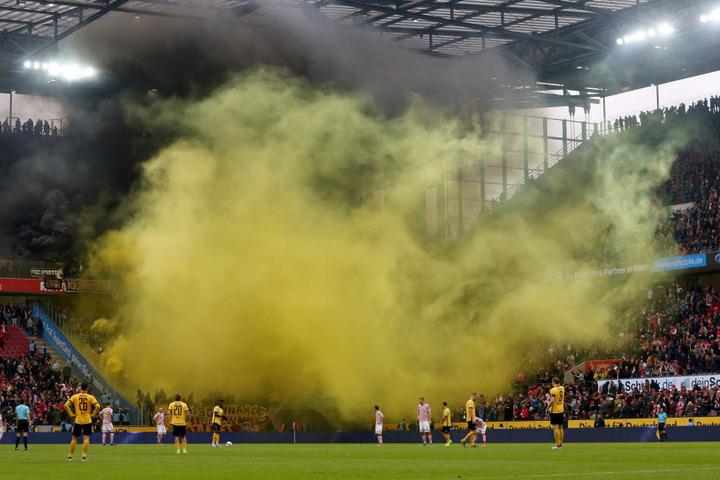 Die Dresdener Fans haben während des Spiels am Samstag Pyrotechnik angezündet.