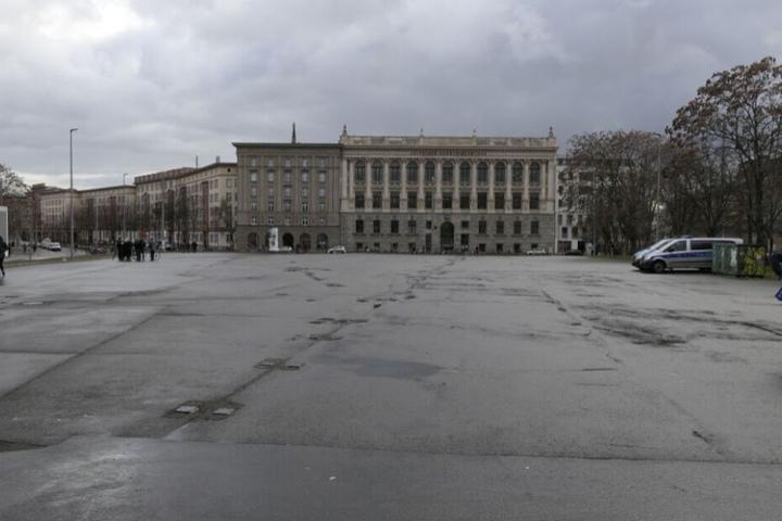"""Der erste Demo-Versuch der """"AdP"""" im Februar endete in einer Blamage: Der von der Stadt zur Verfügung gestellte Wilhelm-Leuschner-Platz blieb leer. Die Partei hatte die Demo kurz vor dem Start abgesagt."""