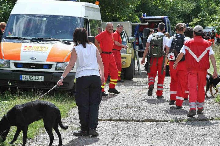 Rund 120 Kräfte der Feuerwehr, Polizei und Hunderettungsdienste sind im Einsatz.