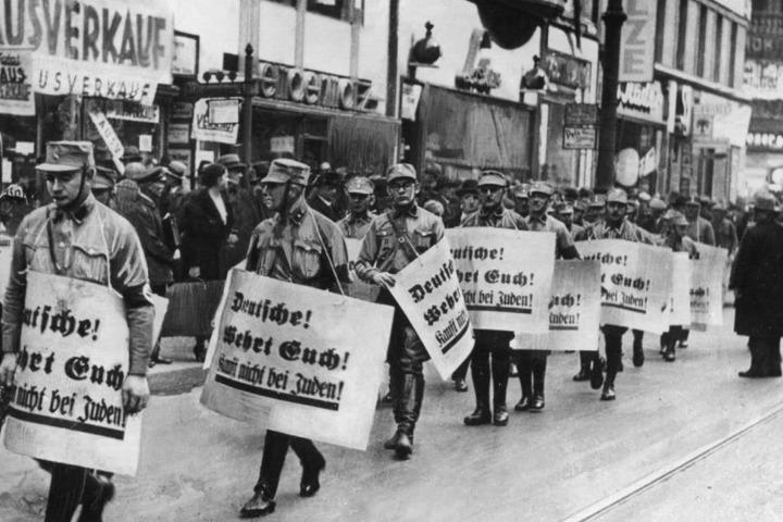 30.11.1937: Männer der SA bei einem Hetzmarsch gegen Juden durch die Straßen von Berlin.