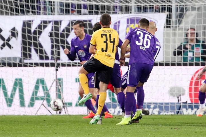 Hochwichtiges Tor: Justin Löwe (Nummer 34) erzielt beim Sachsenderby in Aue das 2:1 für Dynamo.