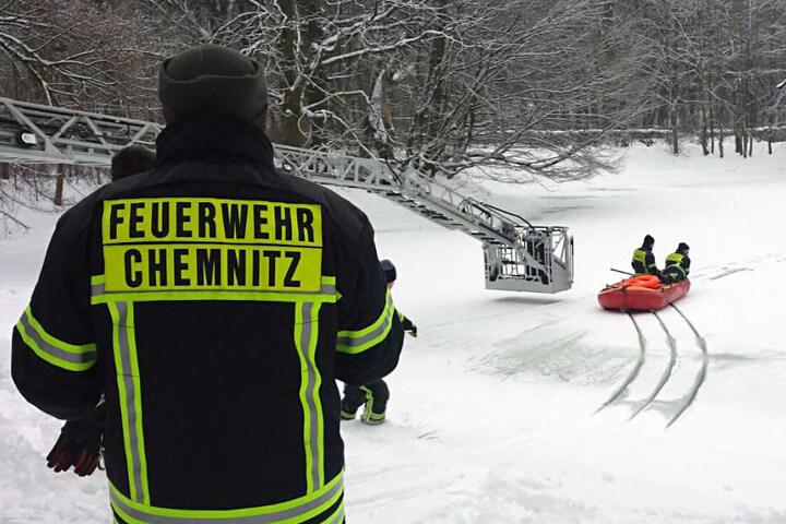 Für Eisrettungseinsätze vorbereitet ist die Feuerwehr in Chemnitz. Am Montag wurde auf dem Stadtparkteich geübt.