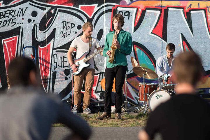 """Die Band """"Koyoten-Trio"""" spielt 2015 beim Straßenmusik Festival """"East Side Music Days"""" in Berlin."""