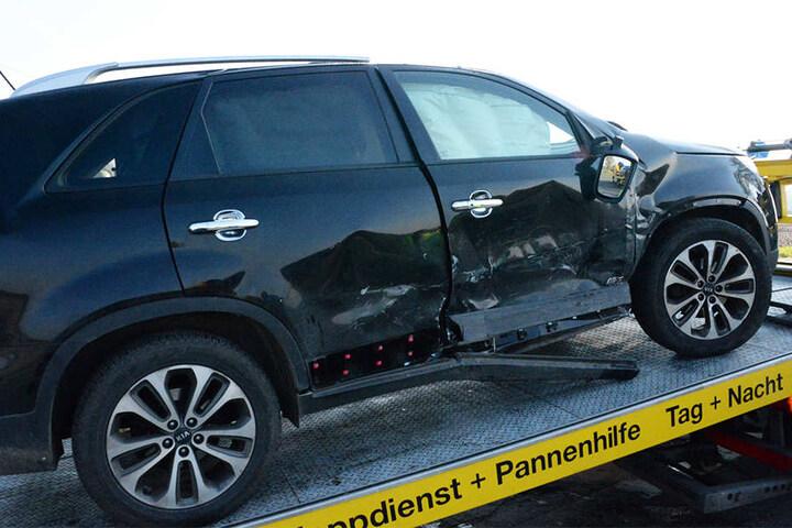 Die ganze Seite des SUV wurde eingedrückt.