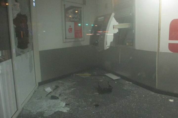 Im Inneren wurde ein Geldautomat gesprengt.