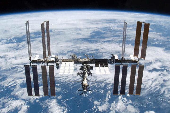 Die Internationale Raumstation (ISS) umkreist die Erde.