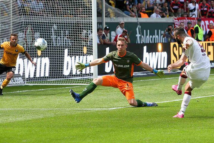 Hauptaufgabe eines Torhüters ist aber immer noch, die Bälle zu halten - wie hier Kevin Broll im Auftaktspiel gegen Nürnbergs Mikael Isaak.