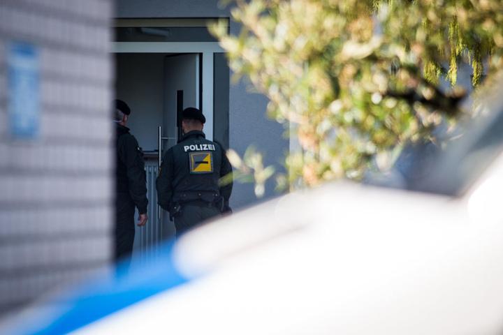 Nach der Festnahme des Tatverdächtigen, sperrte die Polizei ein Wohngebiet in Rottenburg am Neckar ab und durchsuchte ein Gebäude.