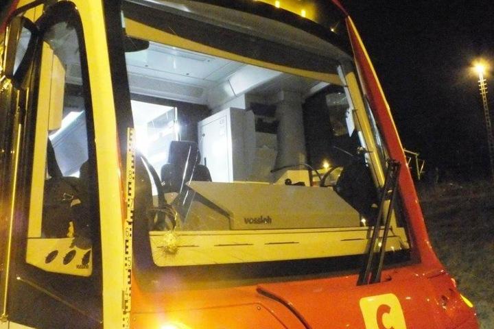 Auch die Frontscheibe wurde bei der Attacke beschädigt.