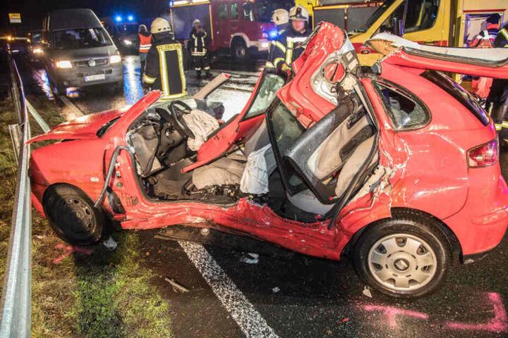 Die Seat-Fahrerin wurde bei dem Unfall schwer verletzt.
