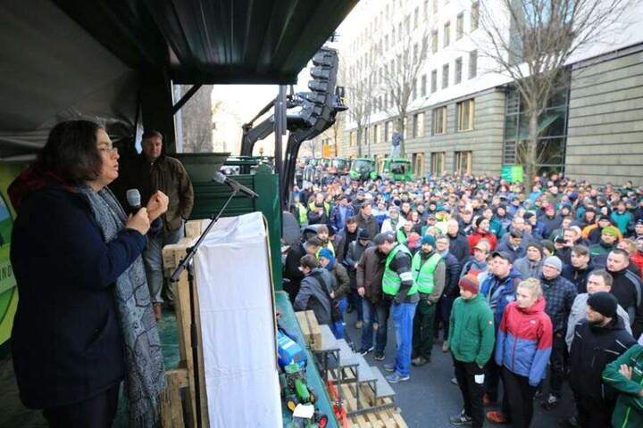 Eva Jähnigen (54, Grüne), die Bürgermeisterin für Umwelt und Kommunalwirtschaft, spricht zu den Bauern.