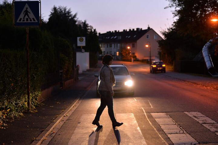 Eine 32-jährige Mutter überquerte in Bad Mergentheim einen Zebrastreifen und wurde von einem Auto erfasst. (Symbolbild)