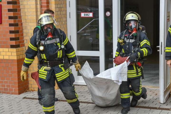 Während die Kollegen schufteten, kümmerte sich Feuerwehrmann Alexander lieber um die wichtigen Dinge des Lebens.