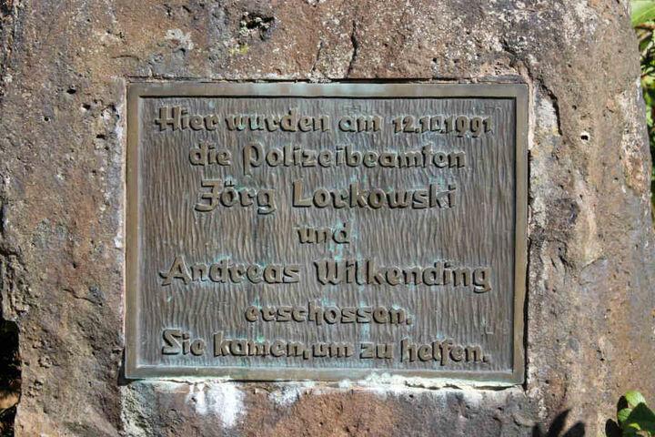 Ein Gedenkstein in Erinnerung an die beiden vor über 25 Jahren erschossenen Polizisten Jörg Lorkowski und Andreas Wilkending steht in der Nähe von Boffzen im Landkreis Holzminden(Niedersachsen).