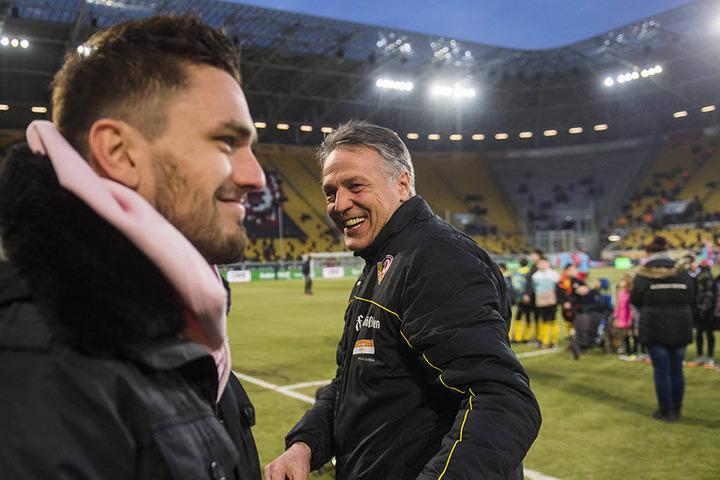 Nach dem 3:2 gegen Heidenheim konnten beide lachen: Trainer Uwe Neuhaus (r.) und sein Stürmer Pascal Testroet, der noch außen vor ist.