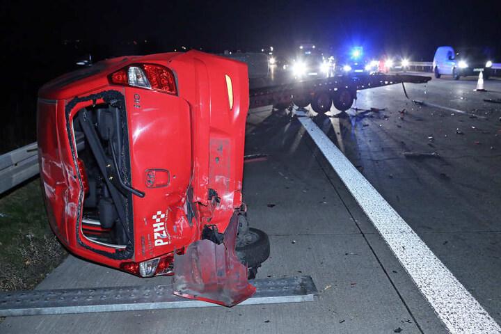Der auf dem Lkw geladene Hyundai schleuderte über die Fahrbahn und blieb auf der Seite liegen.