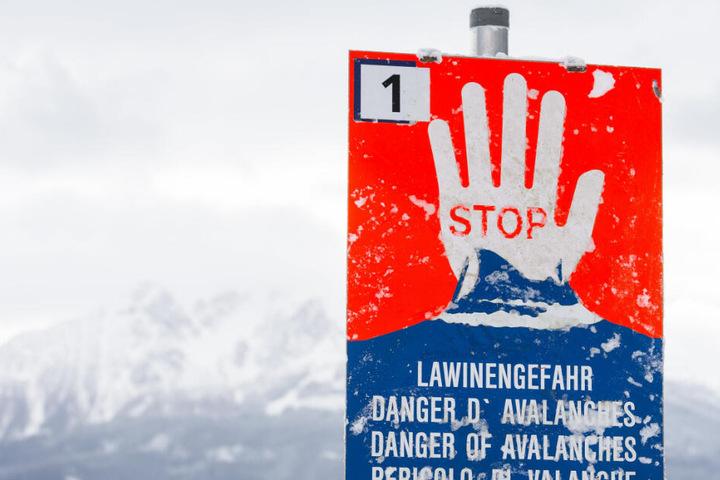 Ein Schild weist auf die Gefahr durch Lawinen hin. (Symbolbild)